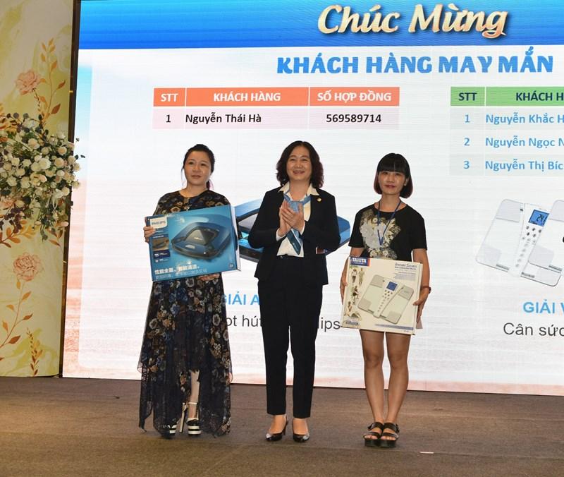 Bảo Việt Nhân thọ trao tặng giải thưởng cho các khách hàng may mắn.