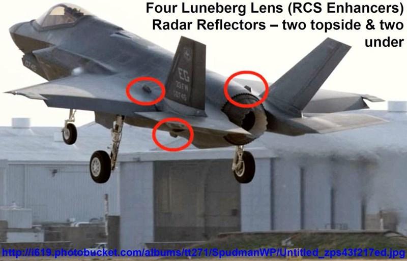 Bên cạnh đó, tiêm kích F-35 còn thường xuyên che giấu diện tích phản xạ radar thực của mình bằng cách đeo thêm thiết bị có tên gọi Luneburg Lens để làm tăng chỉ số RCS