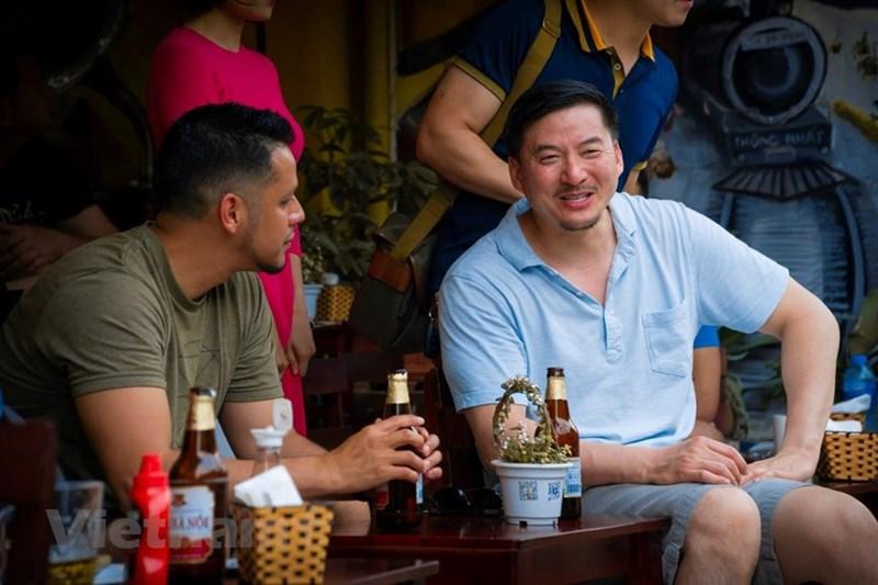Trang Natgeo Travel nổi tiếng không ngần ngại gợi ý cho du khách trải nghiệm 'thưởng thức một tách cà phê trứng, một chai bia và  trò chuyện cùng những người bạn và cảm nhận rõ mồn một tiếng ồn ào những lúc chuyến tàu đi qua xóm nhỏ'. (Ảnh: Minh Hiếu/Vietnam+)
