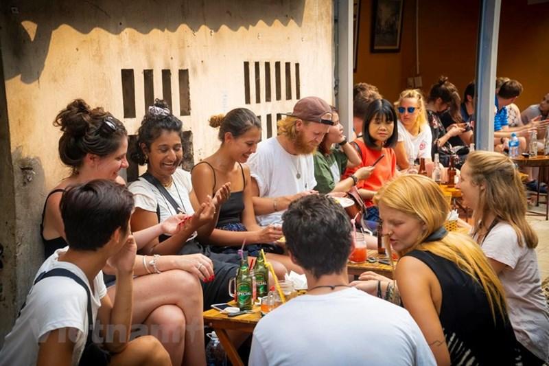 Ngoài những địa điểm quen thuộc, khách nước ngoài đến thăm quan tại đây như một địa điểm đặc biệt thú vị mà chỉ có ở Thủ đô Hà Nội. (Ảnh: Minh Hiếu/Vietnam+)