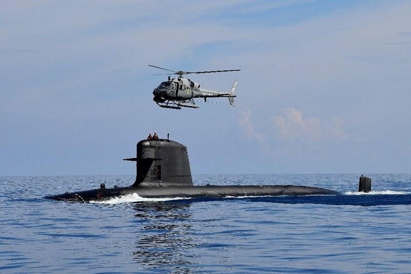 Tàu có lượng giãn nước khi nổi 1.500 tấn và khi lặn khoảng 2.000 tấn, kích cỡ dài từ 61-75m tùy phiên bản.