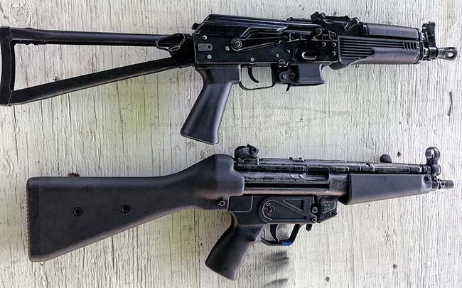 Phía trước súng là ốp lót tay với nhiều đường vân, giúp cầm nắm dễ dàng và chắc chắn hơn. Xạ thủ cũng có thể trang bị thêm thanh ray ngắn khác ở hai bên và ở dưới, giúp súng tương thích với nhiều phụ kiện hơn.