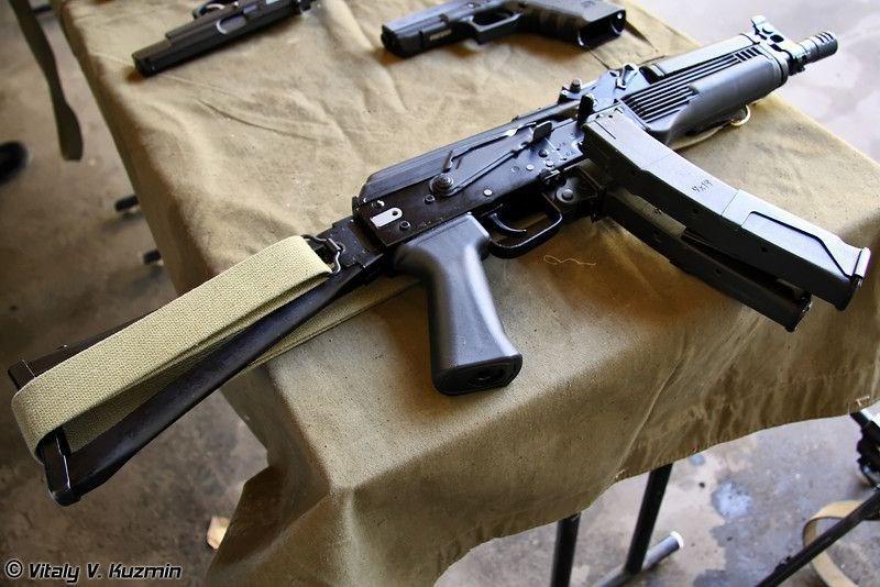 Bệ khóa nòng của súng được gắn với cần lên đạn như AK, tuy nhiên cần piston và khóa nòng xoay được thay thế hoàn toàn bởi một phần mở rộng piston.