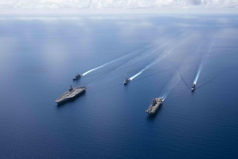 Trong khi đó, phát ngôn viên Bộ Quốc phòng Trung Quốc lên án việc Mỹ triển khai nhóm tác chiến tàu sân bay ở biển Đông.