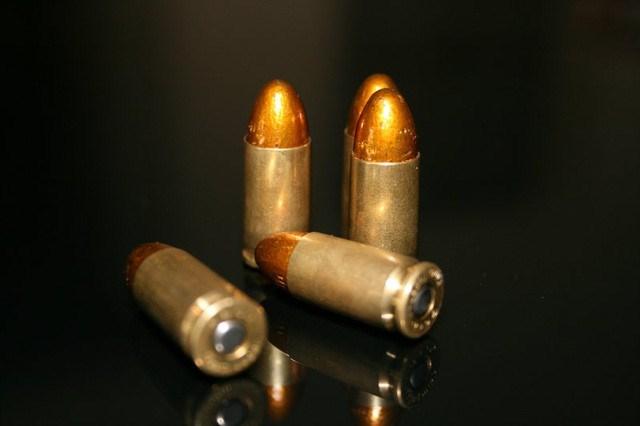 Súng sử dụng loại đạn 9 x 19 mm Parabellum rất phổ biến trên các loại tiểu liên và súng ngắn. Tuy nhiên, loại đạn này không có khả năng xuyên phá cao, đặc biệt đối với các mục tiêu được trang bị áo giáp.