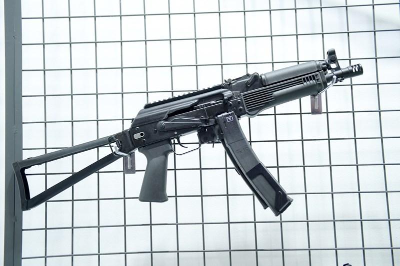 Súng sử dụng hộp tiếp đạn dạng thanh có sức chứa 30 viên, nhà sản xuất cung cấp các đai giúp gắn 2 hộp tiếp đạn lại với nhau. Vũ khí này được đánh giá rất phù hợp với một quân đội quen dùng súng AK như Việt Nam.