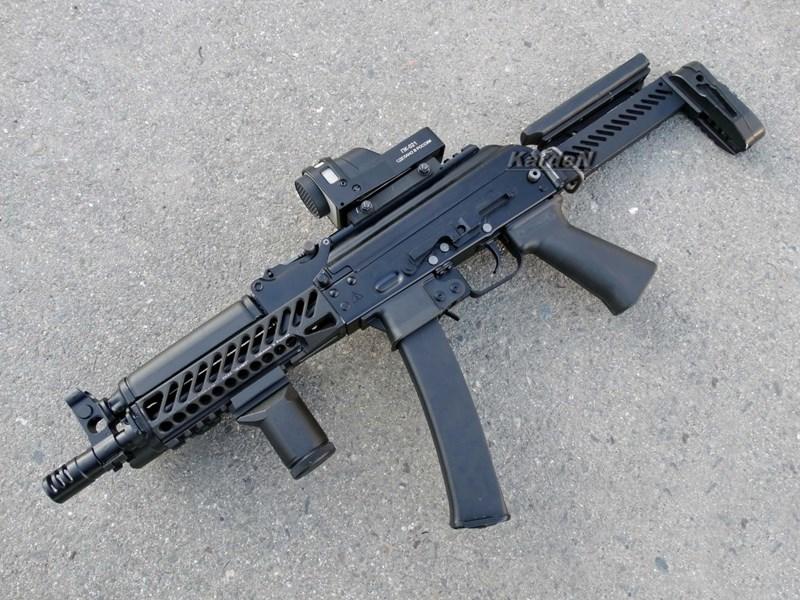 Nòng súng có chu kỳ xoắn 9 inch về bên phải, giúp tương thích tốt với các loại đạn 9 mm thông thường lẫn xuyên giáp. Đầu nòng có loa che lửa cỡ nhỏ với 3 khe ở hai phía.