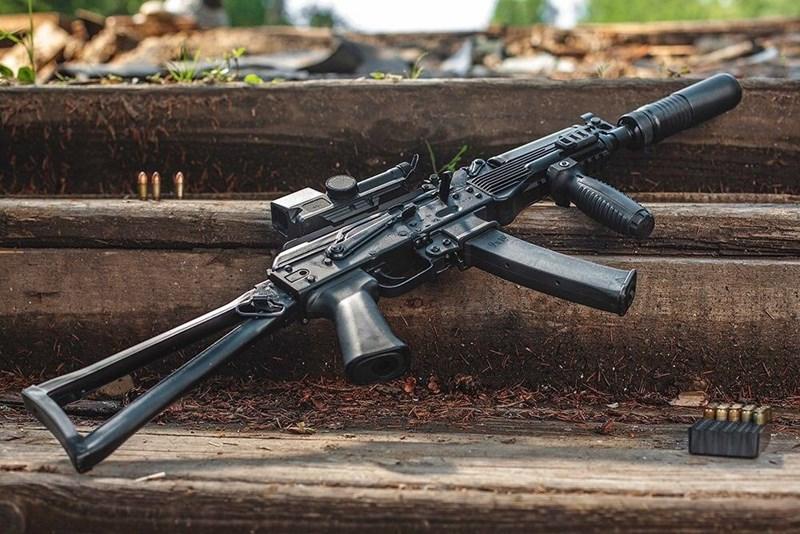 Ban đầu Vityaz-SN sử dụng báng dạng thanh kim loại được gắn bằng đinh tán tương tự như AKS-74U với khả năng gập về phía bên trái, tuy nhiên loại báng này bị nhận xét không êm khi bắn liên thanh.