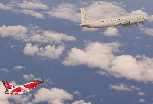 Trong một động thái hiếm hoi, không quân Đan Mạch đã cho công bố hình ảnh tiêm kích F-16 bám đuôi theo dõi máy bay trinh sát IL-20M của Nga.