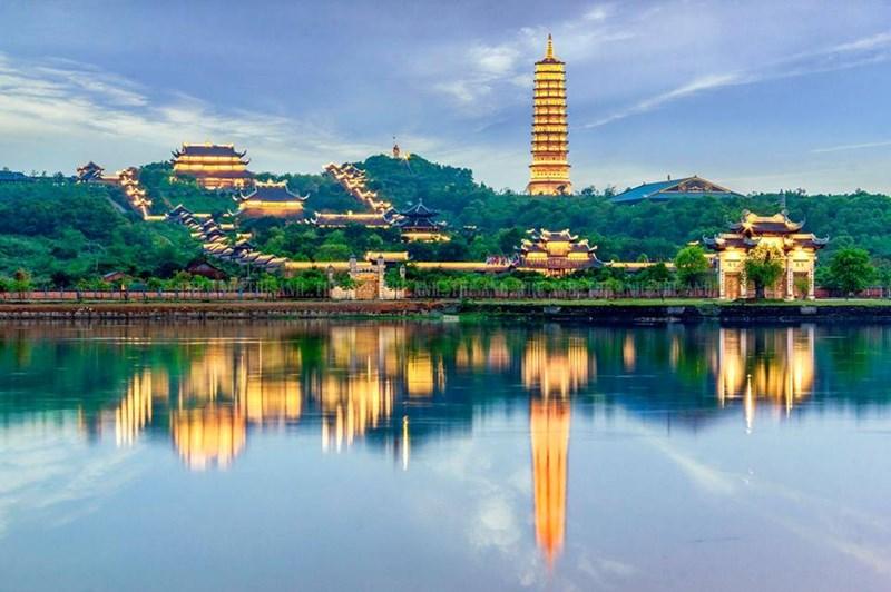 Tràng An khu vực chùa Bái Đính bắt đầu về đêm lung linh, huyền ảo.