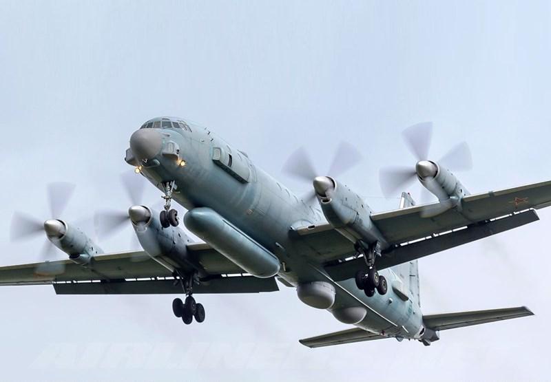 Máy bay có phi đội 16 thành viên bao gồm tổ lái và các nhân viên điện tử xử lý thông tin thu thập được.