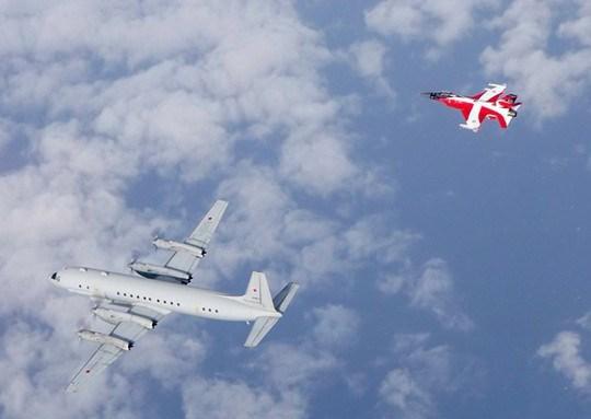 Sputnik đưa tin, chiến đấu cơ F-16 của không quân Đan Mạch sơn quốc kỳ trên thân máy bay đã được điều động lên đường đánh chặn máy bay trinh sát IL-20M khi máy bay Nga xuất hiện gần không phận Đan Mạch.