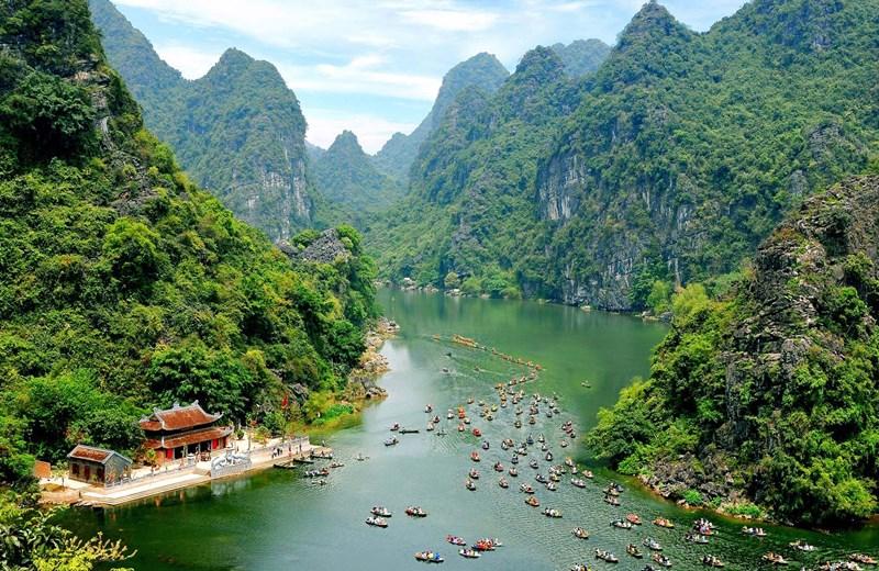Du thuyền qua các hang động và dãy núi với cảnh quan hùng vĩ, nên thơ.