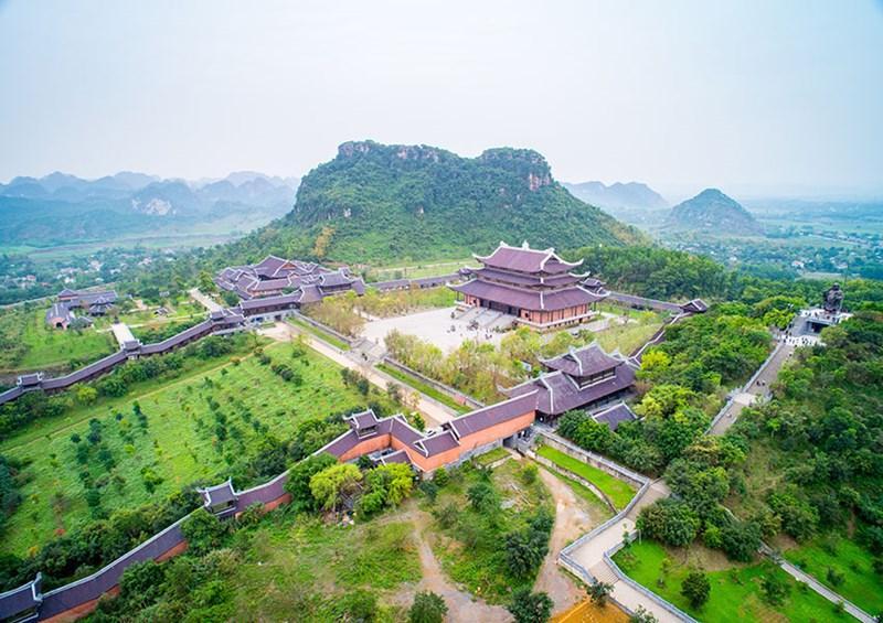 Quần thể chùa Bái Đính với nhiều công trình và tượng Phật ấn tượng với khách tham quan.