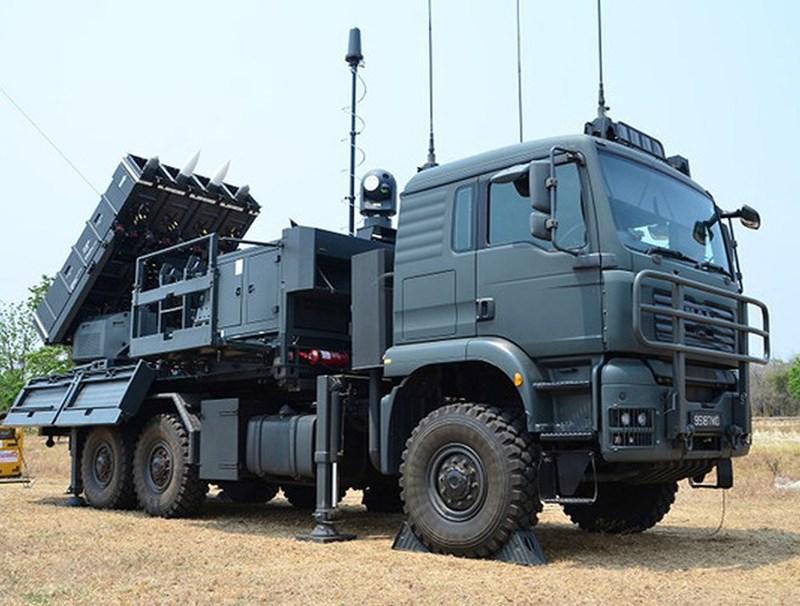Mỗi xe mang phóng mang được 4 đạn tên lửa.