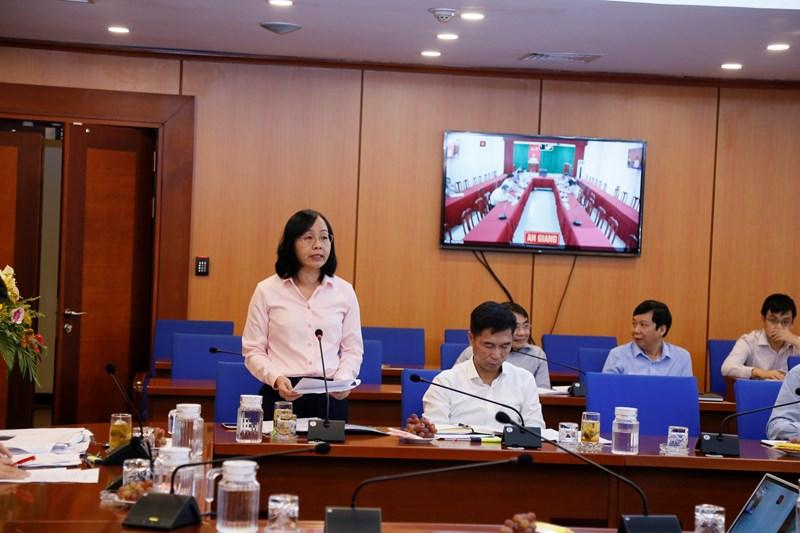 Bà Nguyễn Xuân Thảo - Phó Cục trưởng Cục Quản lý nợ và Tài chính đối ngoại báo cáo tại hội nghị