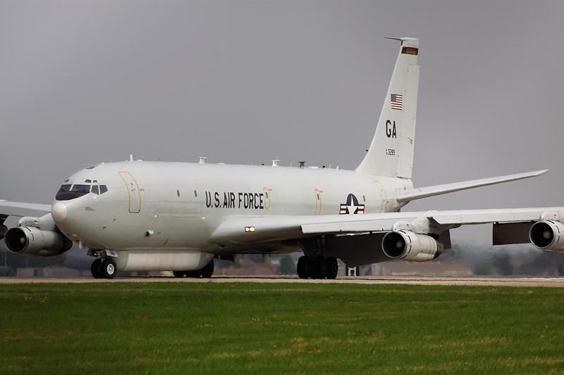 Máy bay có phi hành đoàn 4 người, trong khi đótổ chuyên gia gồm 18 người chuyên phân tích và thu thập dữ liệu mà máy bay thu thập được từ đối phương