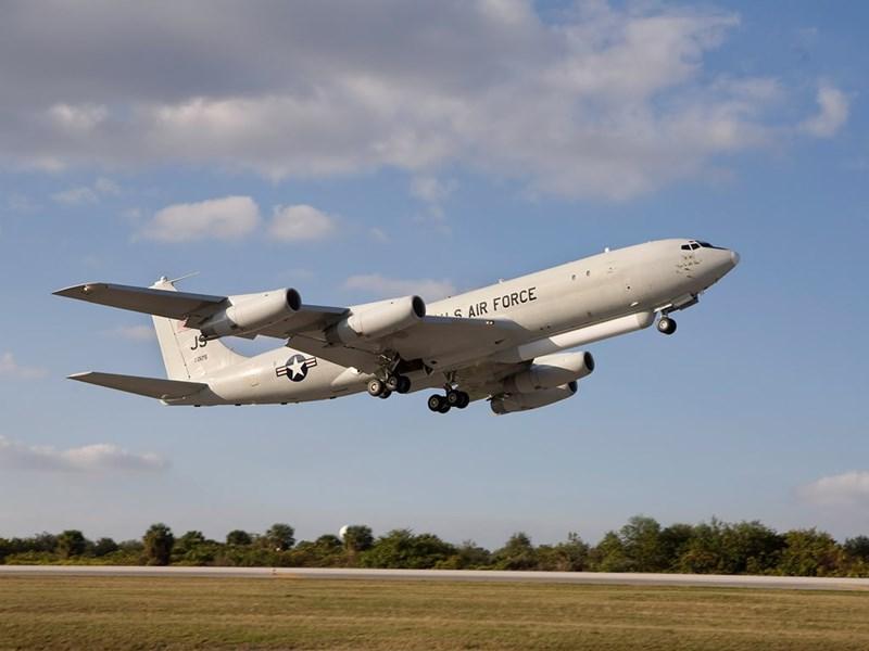 Máy bay có thể thu dữ liệu hình ảnh và bám bắt các phương tiện trên mặt đất từ khoảng cách nhiều km, sau đó chuyển thông tin tới bộ chỉ huy