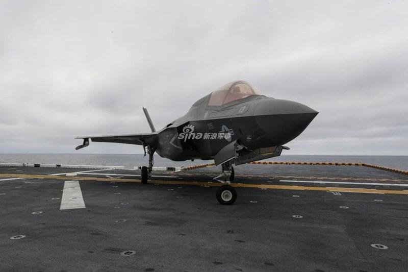 Tàu có thể mang tới 38 máy bay các loại, bao gồm 10 tiêm kích tàng hình F-35B, 12 vận tải cơ MV-22 Osprey, 8 trực thăng tấn công AH-1Z Cobra, 4 trực thăng vận tải CH-53E Super Stallion, 4 trực thăng đa dụng MH-60S Seahawk.