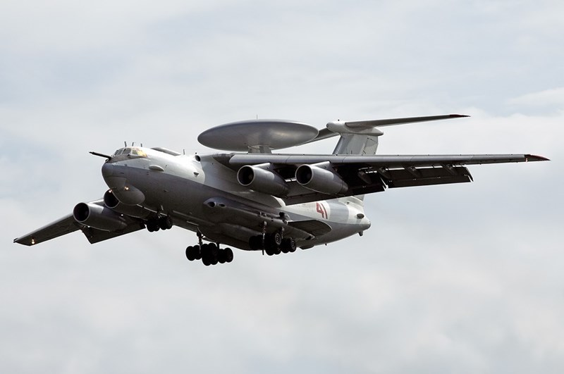 Máy bay được trang bị 4 động cơ Aviadvigatel PS-90A giúp đạt tốc độ lên đến 800 km/h và tầm hoạt động 7.500 km.