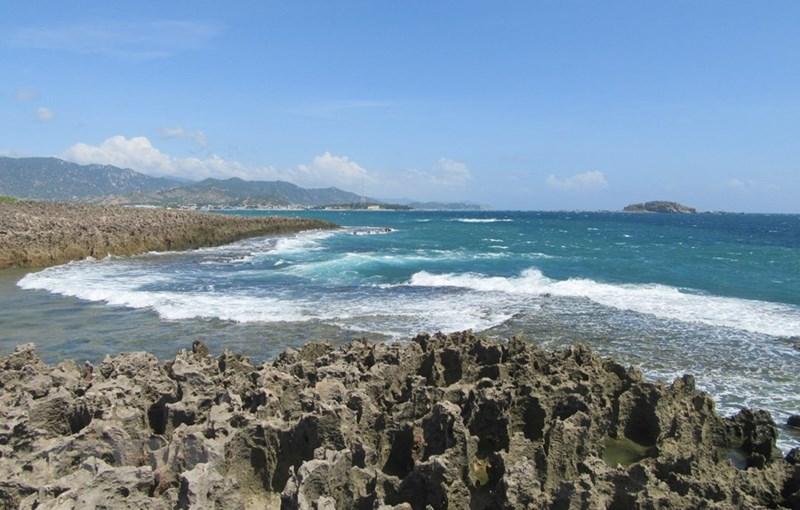 Từng đợt sóng biển xô bờ tung bọt trắng xóa tạo nên khung cảnh tuyệt đẹp