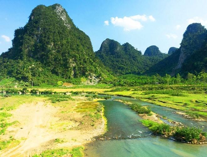 Đầu tiên là vườn quốc gia Vũ Quang thuộc địa bàn của hai huyện: Hương Sơn và Hương Khê, Hà Tĩnh. Khu vườn có tổng diện tích gần 57.000 ha, rừng đặc dụng chiếm hơn 52.000 ha
