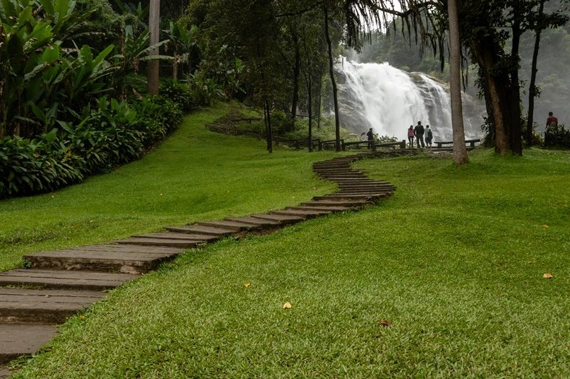 Con đường dẫn vào thác Wachirathan. (Ảnh: Alamy)