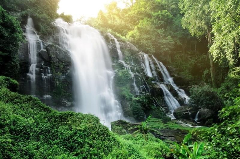 Thác nước Wachirathan hùng vĩ với độ cao 80m. (Ảnh: Alamy)