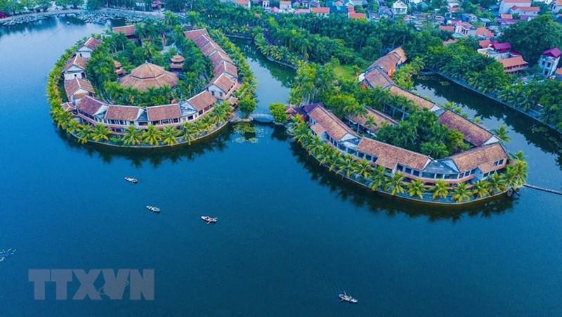Hành trình khám phá Tam Cốc được bắt đầu từ bến thuyền Đình Các, dọc dòng sông Ngô Đồng uốn lượn quanh co, được ngắm nhìn những dải núi đá kỳ thú. (Ảnh: Minh Đức/TTXVN)