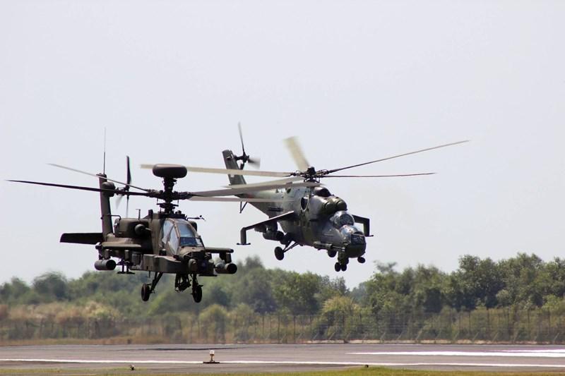 AH-64 được trang bị 2 động cơ turboshaft T700-GE-701D công suất 2.000 mã lực/chiếc. Nhờ công suất này AH-64 có tốc độ tối đa đạt 320km/h, tốc độ hành trình 265km/h.