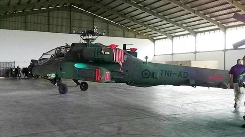AH-64 trang bị bộ tìm kiếm và chỉ thị mục tiêu TADS (AN/ASQ-170). Hệ thống này bao gồm một camera quang truyền hình, hệ thống tìm kiếm và chỉ thị mục tiêu hồng ngoại FLIR cùng hệ thống máy đo xa laser.
