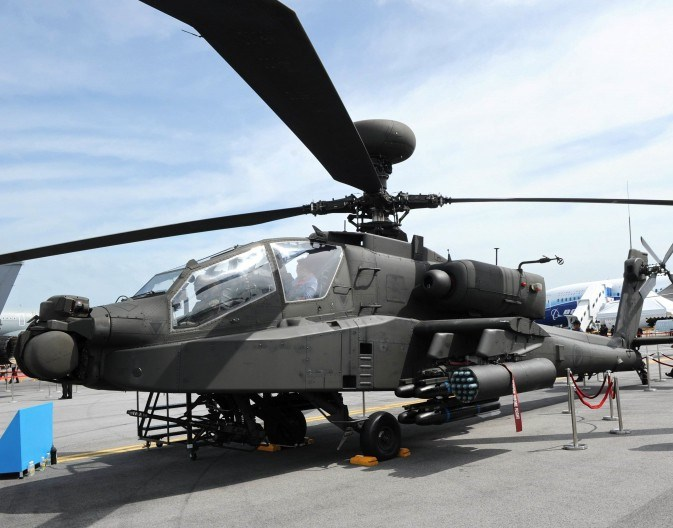 AH-64 có phi hành đoàn 2 người, chiều dài 17,7m đường kính roto 16,4m, chiều cao 4,6m. Trọng lượng rỗng 5,1 tấn, trọng tải cất tối đa 9,5 tấn.