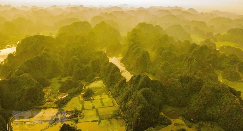 Bình minh Tam Cốc vào mùa Thu với sắc nắng vàng trải dài trên các dãy núi. (Ảnh: Minh Đức/TTXVN)