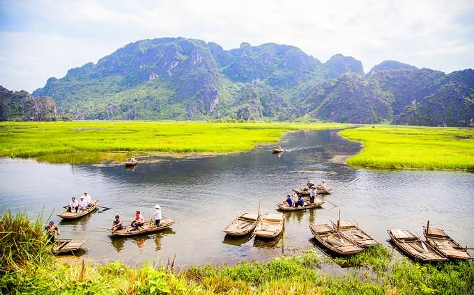 Trên thuyền, du khách có thể ngắm núi đá sừng sững, những đám cỏ măng, cỏ lác trải trên đồng nước mênh mông.