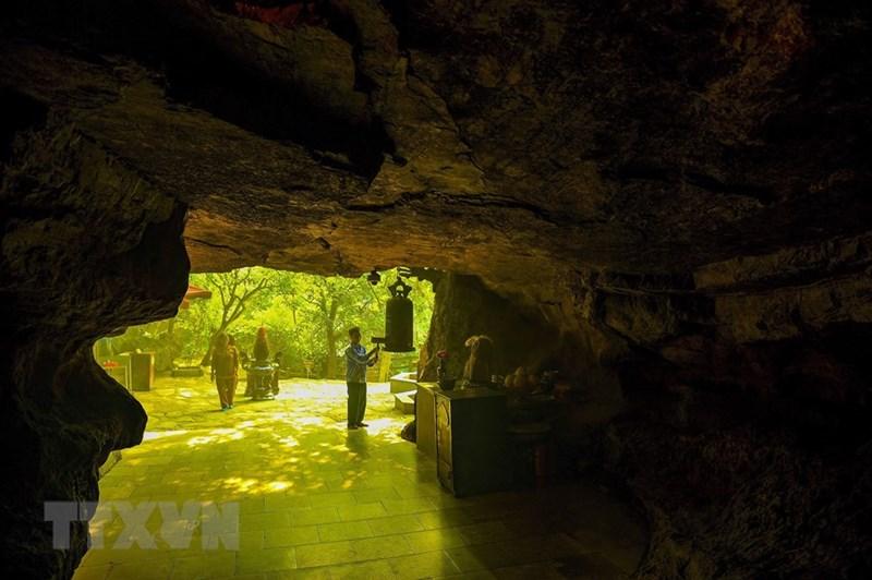 Mỗi một hang động đều có một sự tích và huyền thoại riêng tạo nên những nét kỳ bí và linh thiêng. (Ảnh: Minh Đức/TTXVN)