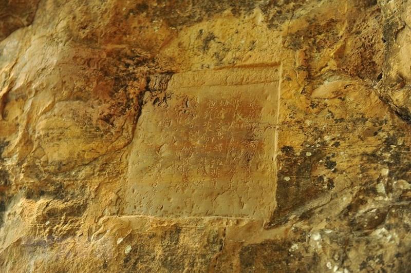 Bài thơ của vua Lê Thánh Tông được tạc trên núi đá. (Ảnh: Minh Đức/TTXVN)