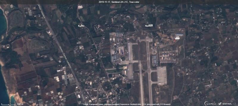 Rất bất ngờ khi tấm ảnh vệ tinh nhất chụp ngày 17/11 đã cho thấy một phần đường băng của căn cứ quân sự, nằm ngay bên cạnh khu nhà chứa máy bay đang được dựng lên để cất giữ chiến đấu cơ đã bị phá hủy.
