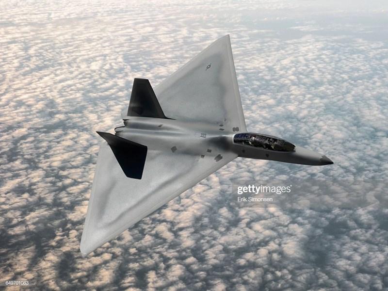 Máy bay sử dụng loại động cơ mạnh hơn, cho phép đạt tốc độ tối đa 2.368 km/h, phạm vi hoạt động 2.500 km, so với 965 km của F-22.