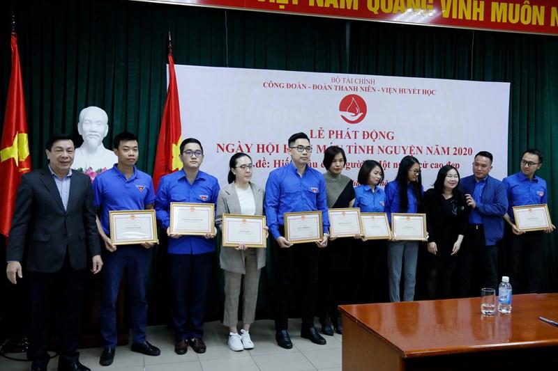 Thay mặt Đảng ủy Bộ Tài chính, đồng chí Nguyễn Hữu Thân trao giấy khen cho các tập thể, cá nhân tích cực trong phong trào hiến máu tình nguyện.