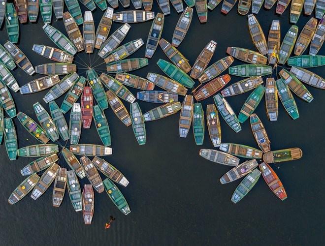"""Tác phẩm """"Bến thuyền hoa"""" của tác giả Trần Minh Dũng chụp vào tháng 5 tại Tam Cốc, Ninh Bình đạt giải Ba thể loại Kiến trúc và Môi trường xây dựng"""