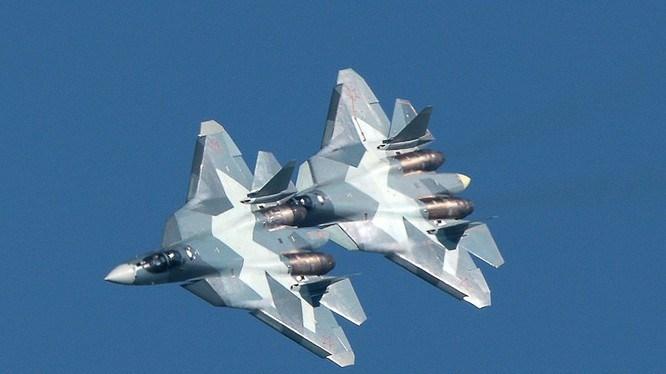 Theo giới thiệu của nhà sản xuất, tiêm kích Su-57 thậm chí còn vượt trội cả hai dòng chiến đấu cơ thế hệ 5 là F-22 Raptor và F-35 Lightning II do Mỹ chế tạo.