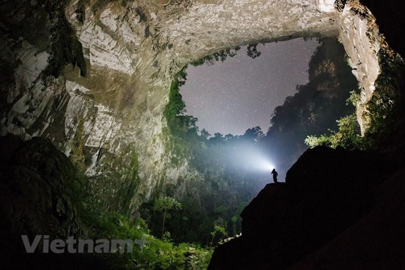 Bầu trời đêm lấp lánh sao nhìn từ hang Sơn Đoòng. (Nguồn: Oxalis Adventures/Ryandeboodt)