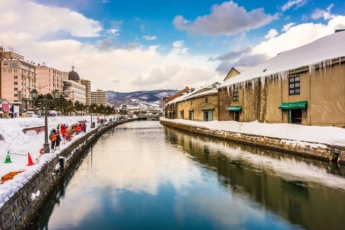Otaru, Nhật Bản  Otaru được xem là xứ sở thần tiên vào mùa đông. Thị trấn thu hút du khách bởi kênh đào và những ngôi nhà bằng đá. Trước đây, khu vực kênh đào là nơi buôn bán cá trích nhưng giờ là các nhà hàng và quán ăn.  Hàng năm, ở đây tổ chức lễ hội Con đường ánh sáng Otaru, với hơn 15.000 ngọn nến tuyết và đèn khổng lồ thắp sáng những con đường nhỏ. So với các tỉnh, thành khác của Nhật Bản, thị trấn có khung cảnh gần giống Nga, đặc biệt trong mùa đông. Ảnh: Sean Pavone/Shutterstock.