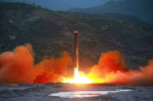 """""""Rất có khả năng Triều Tiên sẽ phóng vũ khí trong đêm Giáng sinh. Họ sẽ gọi nó là hệ thống pháo phản lực (rocket) thay vì tên lửa đạn đạo xuyên lục địa (ICBM). Các thử nghiệm ở bãi phóng Sohae dường như để chuẩn bị cho hoạt động này"""", nhà nghiên cứu Ahn Chan-il tại thủ đô Seoul của Hàn Quốc nhận xét ngày 18-12."""