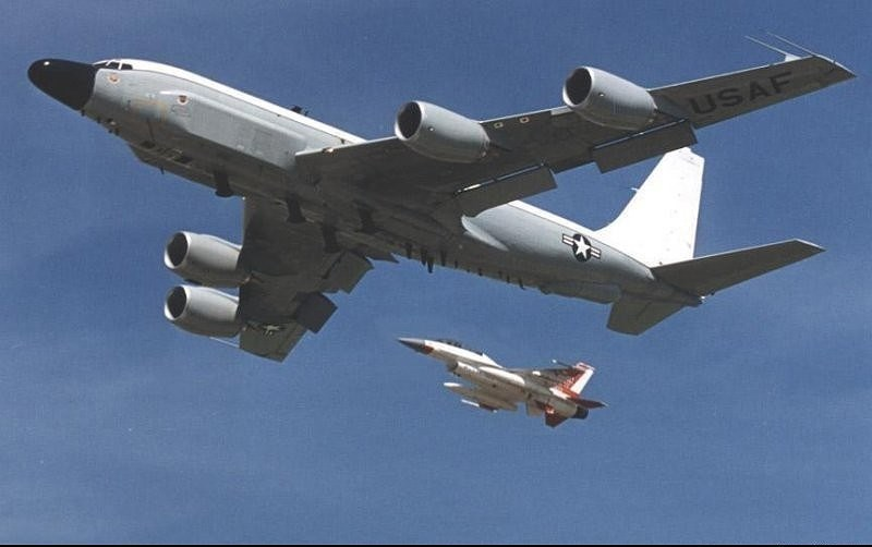 RC-135 bay lên cao với vận tốc 1.500 m/phút