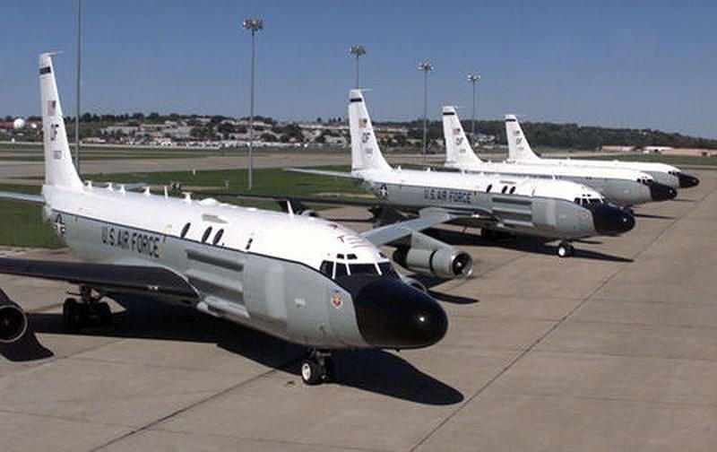 RC-135 có chiều dài 41,53 m, sải cánh 39,88 m, tải trọng cất cánh tối đa đạt 146.000 kg, vận tốc cực đại 933 km/h.