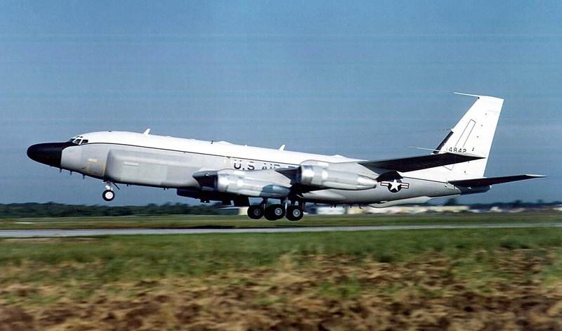 RC-135 có hệ thống cảnh báo va chạm, hệ thống liên lạc bằng sóng radio, ăng ten vệ tinh, máy ảnh điện quang học độ phân giải cao cùng hệ thống cảm biến.