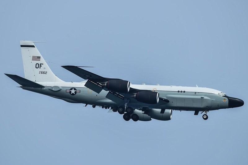 RC-135 là một trong những máy bay trinh sát lớn nhất thế giới. Phi hành đoàn gồm 27 người, bao gồm 3 phi công, 2 hoa tiêu và 22 chuyên viên phân tích, tình báo, sĩ quan chiến tranh điện tử và kỹ thuật viên bảo trì.