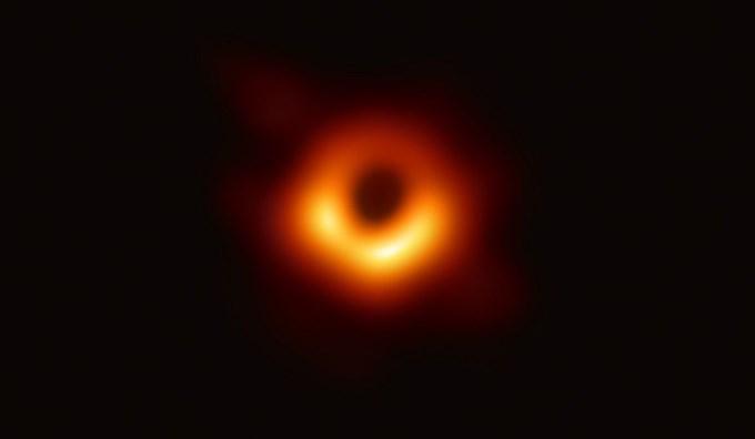 Sử dụng tổ hợp Kính thiên văn Chân trời sự kiện (EHT), các nhà thiên văn học quốc tế hôm 10/4 công bố lần đầu tiên chụp được ảnh hố đen, một trong những bí ẩn lớn nhất của vũ trụ. Vật thể có đường kính ước tính lên tới 40 tỷ km nằm ở trung tâm thiên hà Messier 87, cách Trái Đất 55 triệu năm ánh sáng.