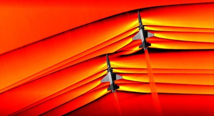 Sóng xung kích phát ra từ hai chiếc máy bay siêu thanh T-38 Talon của Mỹ được nhân viên của NASA chụp với công cụ phơi sáng false-color từ một chiếc phi cơ bay phía trên. Sự thay đổi của áp suất không khí chính là nguyên nhân gây ra nhưng tiếng nổ siêu thanh.